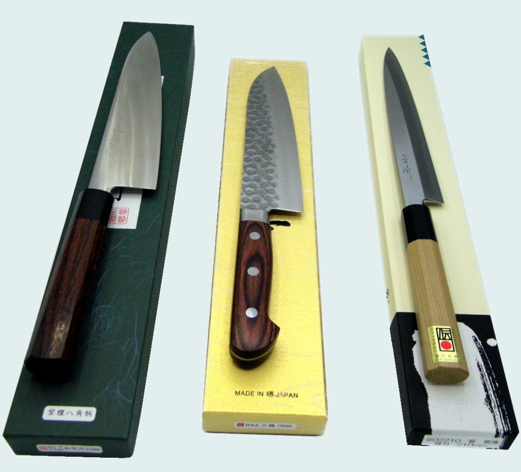 3 coltelli da cucina giapponesi di forma di forma gyuto, santoku e yanagiba adatti per cucinare a casa