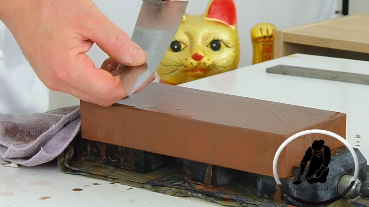 Affilatura dei coltelli da cucina giapponesi con l'utilizzo delle pietre ad acqua