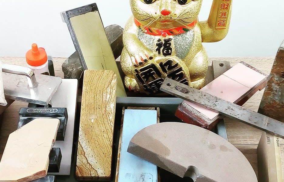 pietre ad acqua giapponesi di diverse tipologie e misure per l'affilatura dei coltelli da cucina
