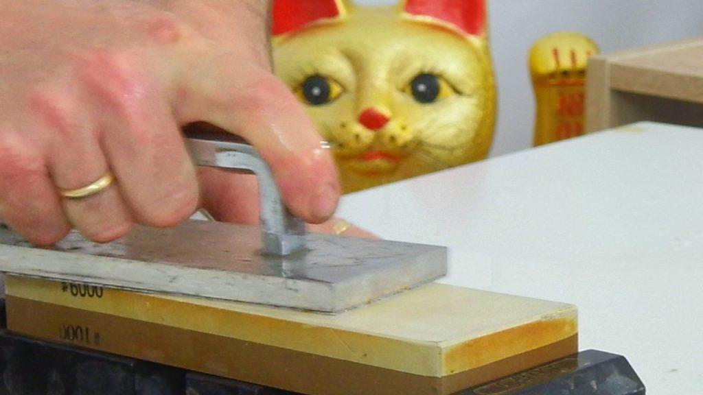 operazione di rettifica della pietra da affilatura e lucidatura di grana 6000 per rendere ottimale la planarità della superficie prima di procedere con l'affilatura