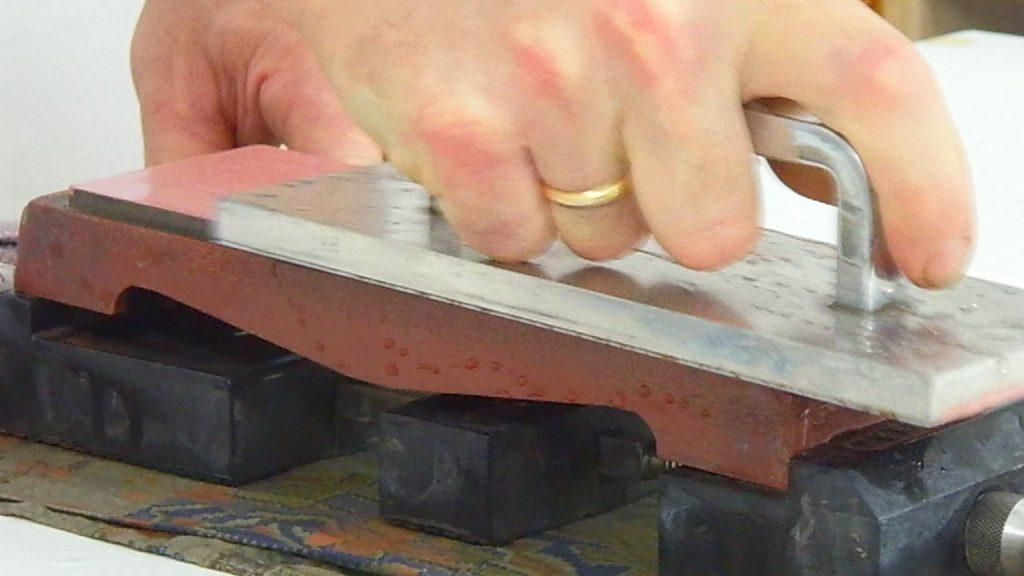 operazione di rettifica della pietra da affilatura di grana 3000 per rendere ottimale la planarità della superficie prima di procedere con l'affilatura