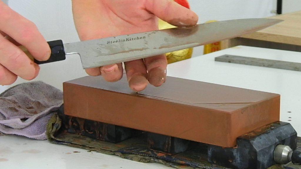 durante l'affilatura si verifica con le dita della mano se si è formata una bava di metallo sul filo della lama. A quel punto, nei coltelli che sono affilati su ambo i lati, si procede con l'affilatura sul lato opposto.