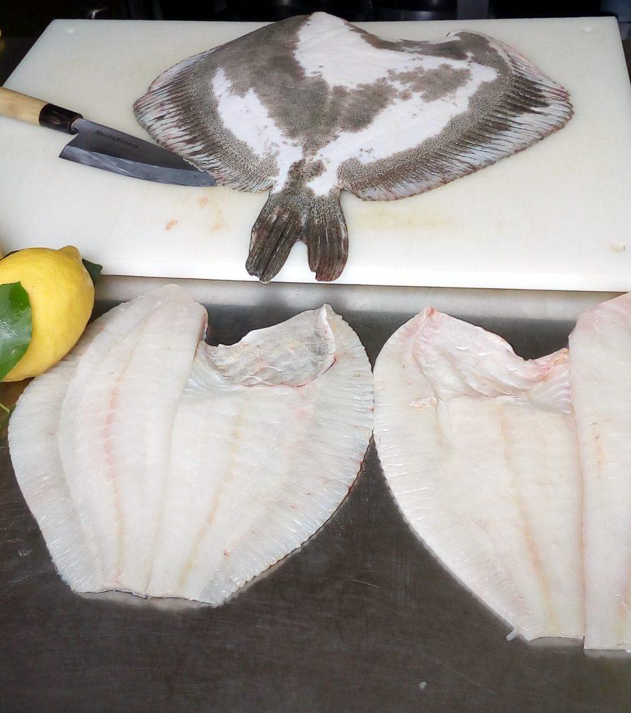 pesce rombo intero e filettato con un coltello Deba in stile tradizionale giapponese