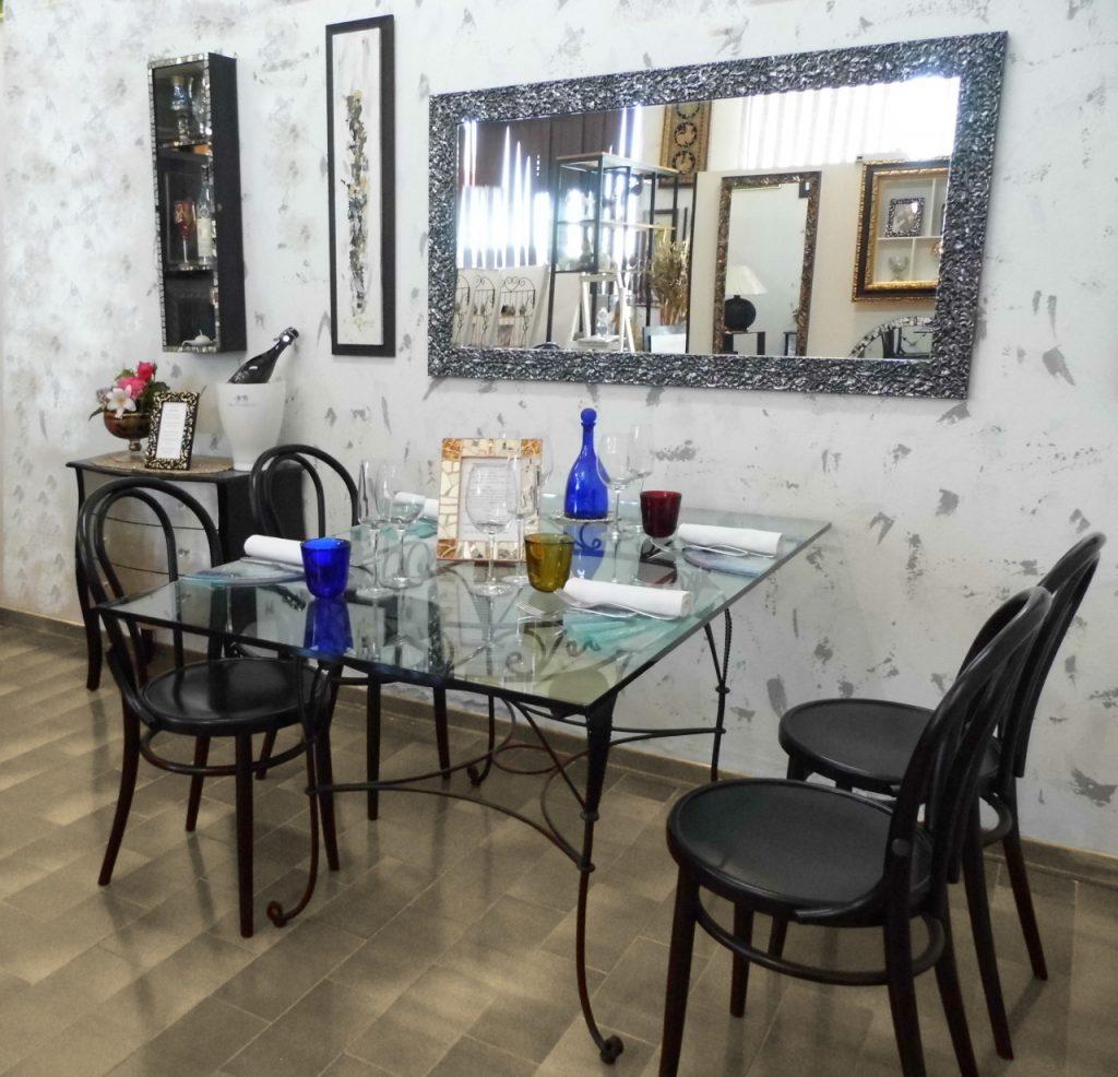 specchio moderno per sala da pranzo presso Farinella arte e cornici showroom di Vaccolino (Ferrara)