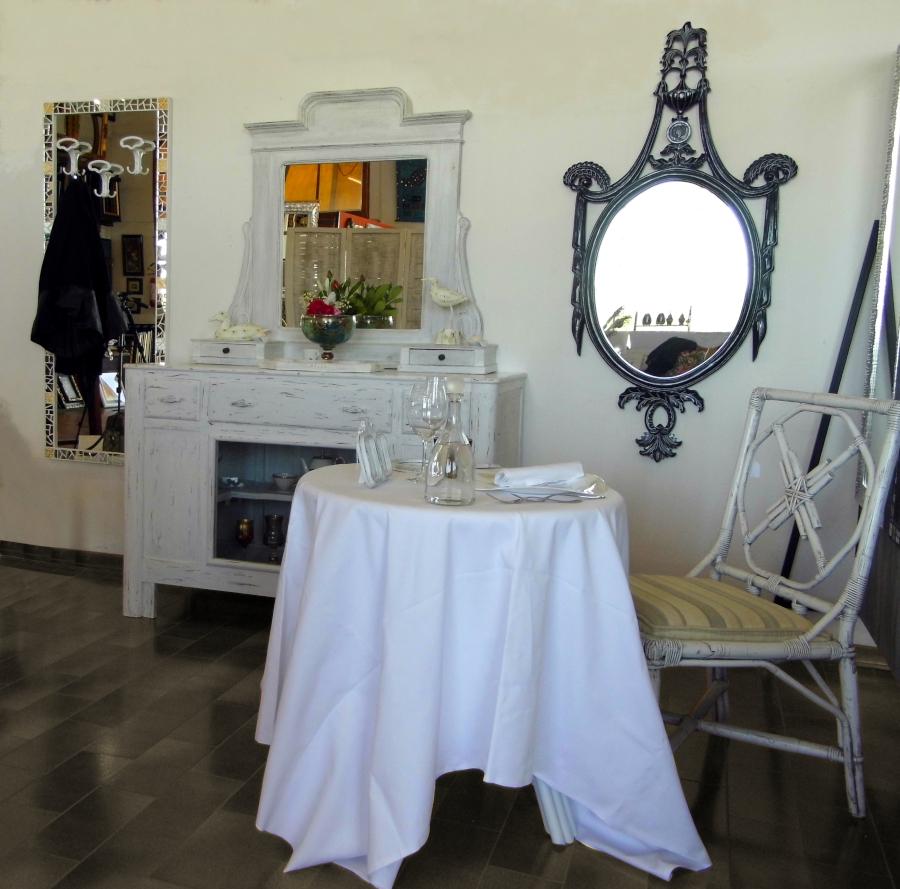 mobili e specchi pensati per arredare un lounge bar in stile chabby chic presso Farinella arte e cornici showroom di Vaccolino (Ferrara)