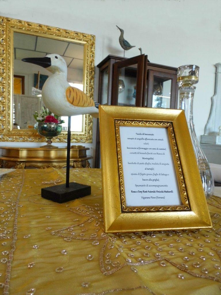 particolare portafoto dorato laccato presso Farinella arte e cornici showroom di Vaccolino (Ferrara)
