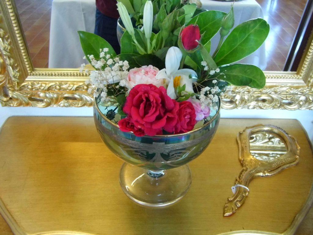 particolare specchietto dorato laccato con impugnatura presso Farinella arte e cornici showroom di Vaccolino (Ferrara)