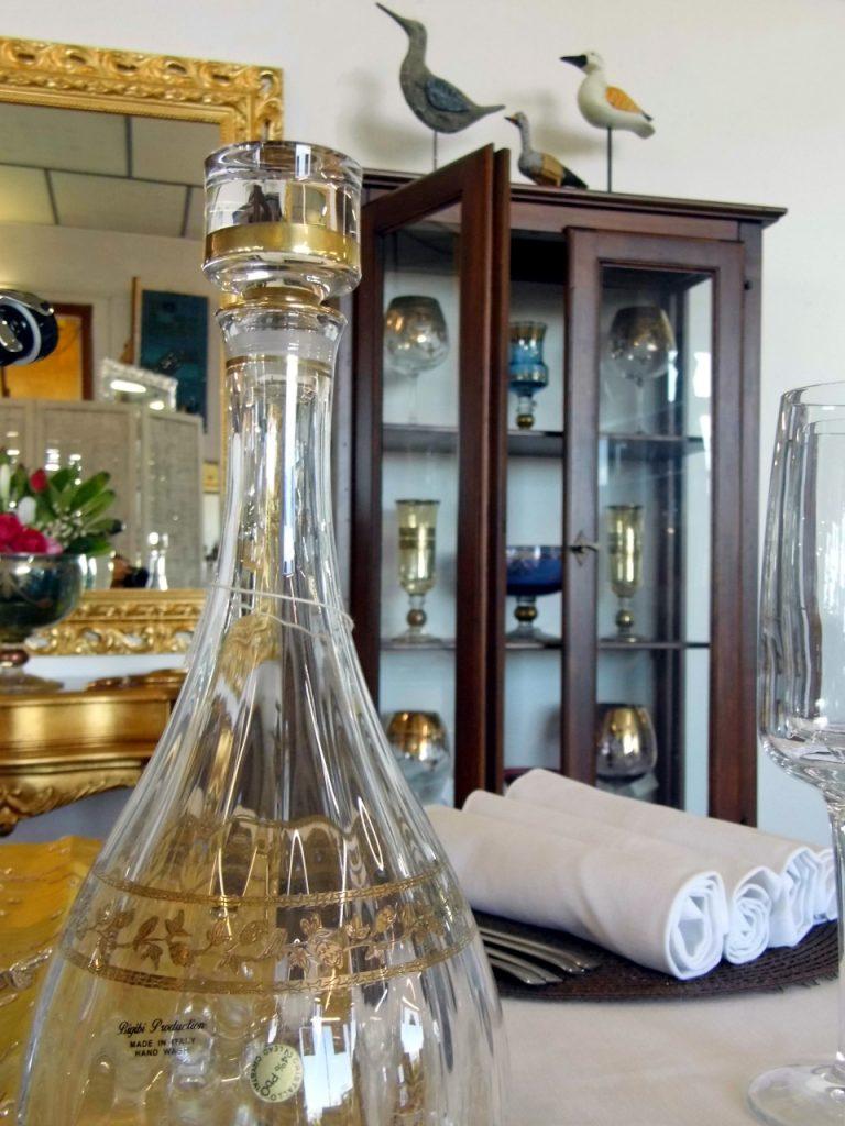 particolare bottiglia in cristallo presso Farinella arte e cornici showroom di Vaccolino (Ferrara)