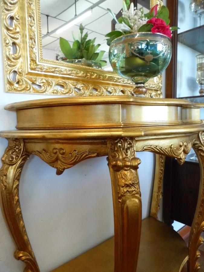 particolare tavolino bombato in stile napoleonico con laccatura doro presso Farinella arte e cornici showroom di Vaccolino (Ferrara)