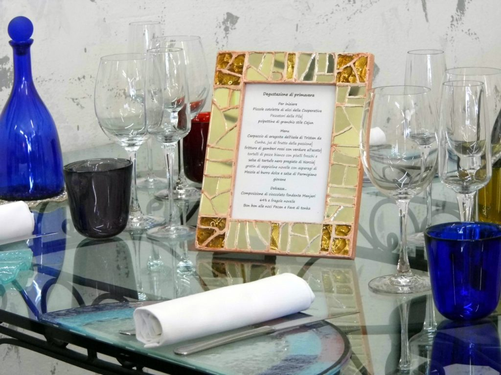 portafoto con mosaico in vetro che diventa un porta menù da mettere al centro del tavolo  presso Farinella arte e cornici showroom di Vaccolino (Ferrara)