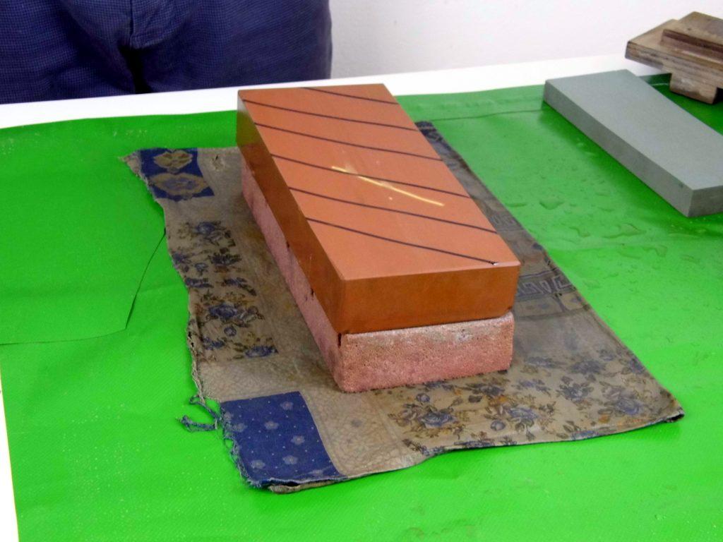 tracciatura di segni visibili sulla pietra da rettificare