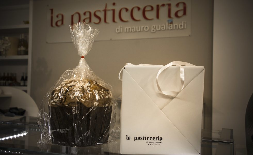 Il panettone della pasticceria di Mauro Gualandi Argenta (Ferrara) dolce con scatola