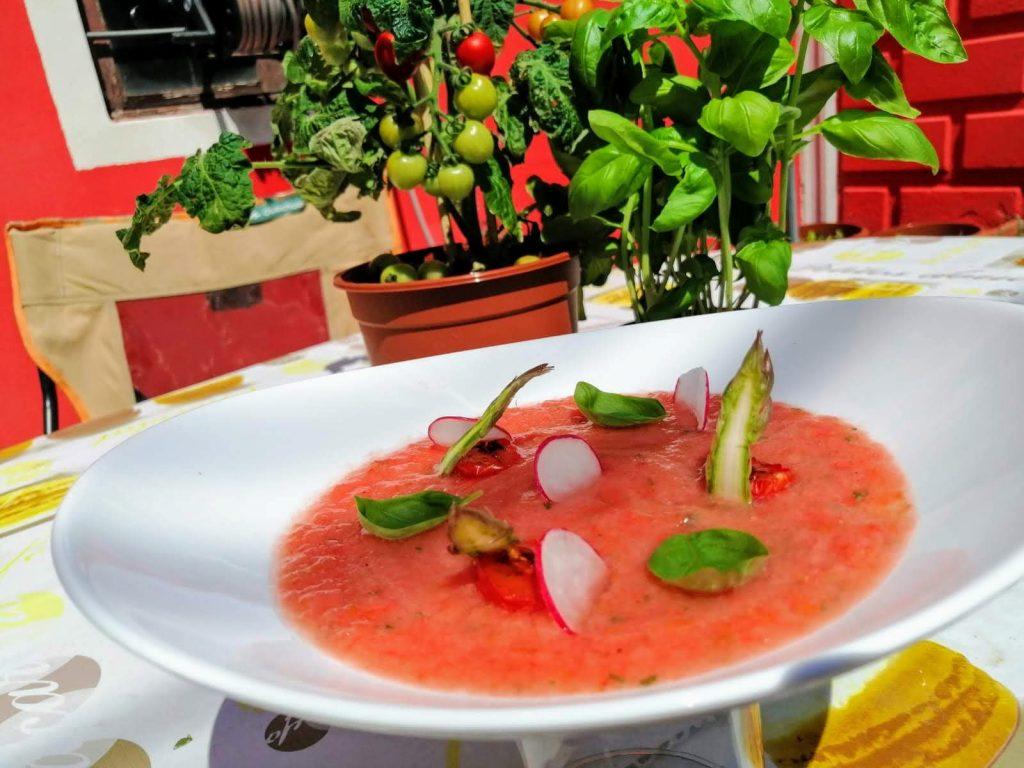 gazpacho di pomodoro, melone e menta con asparagi dello chef Mattia Ruffoni